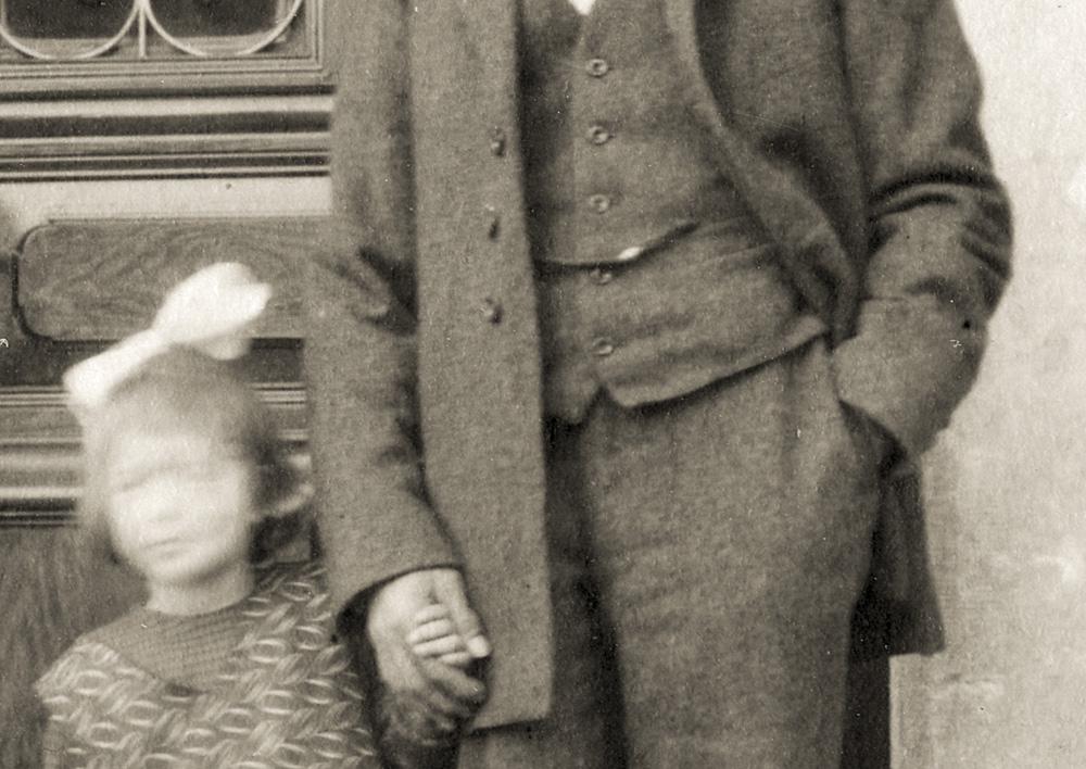 19240301-1924-03-01 Grossvati (Albert Kaufmann) und Heideli vor der Haustuere in der Gass-2.jpg