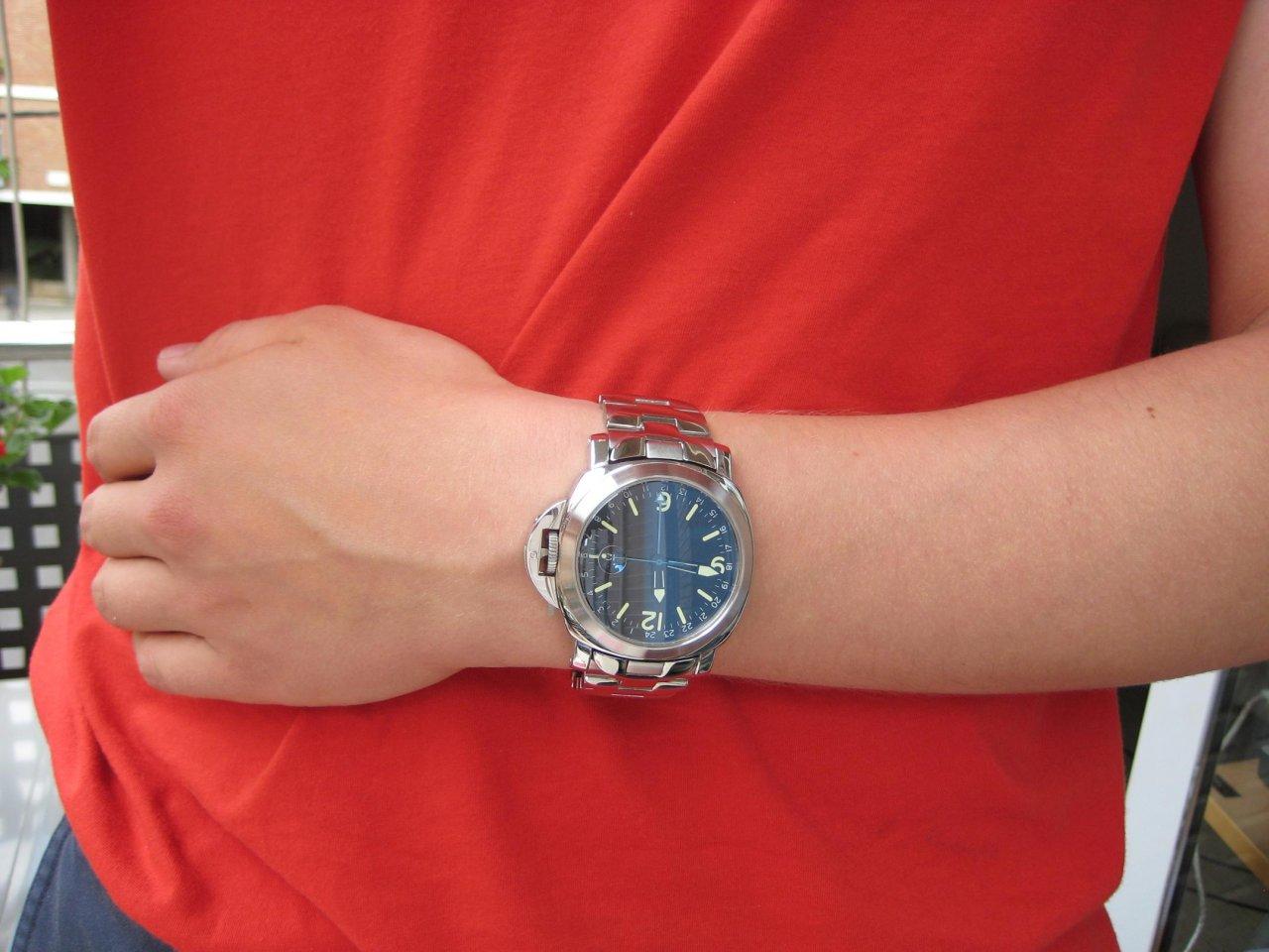 Armbanduhr am arm  Große Uhren, kleines Handgelenk - oder: