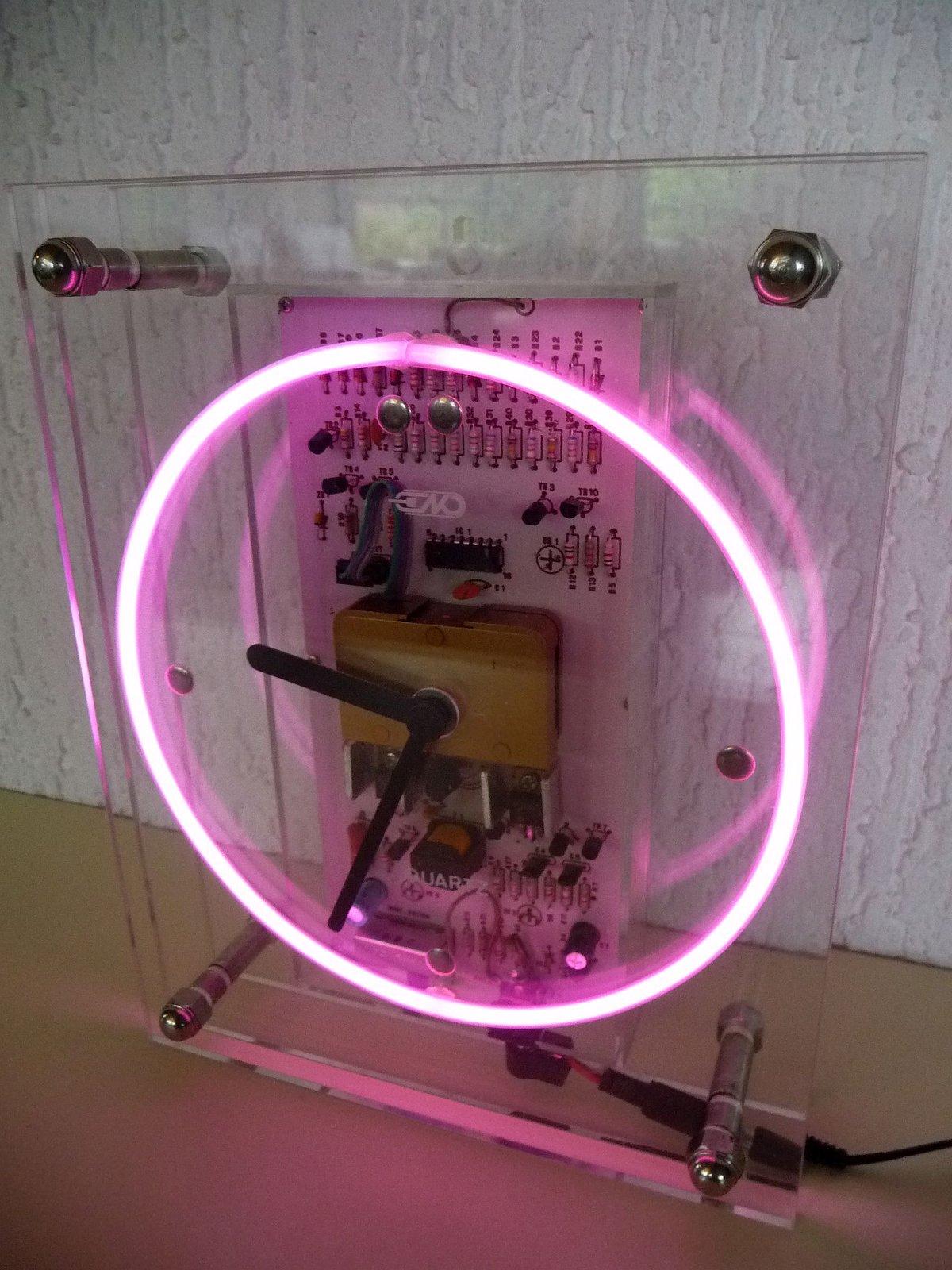 quarzuhr hinter plexiglas mit neon sekunden kreis uhrforum. Black Bedroom Furniture Sets. Home Design Ideas