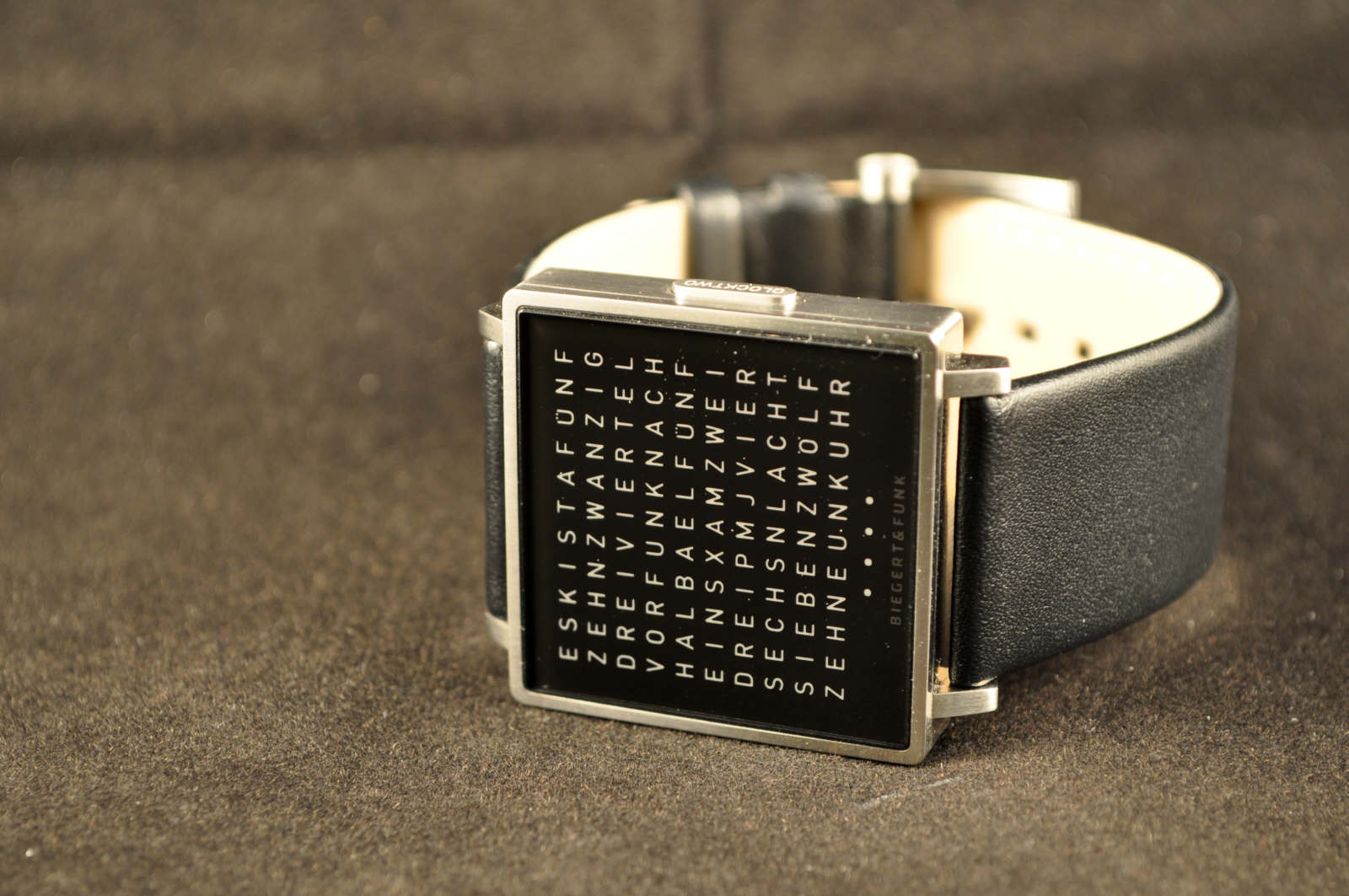Мне кажется, что это и есть та золотая середина между электронными часами и часами со стрелками.