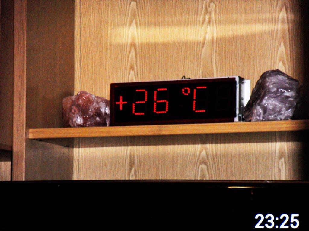 hier meine elektronische digital uhr mit temperaturanzeige eigenbau uhrforum. Black Bedroom Furniture Sets. Home Design Ideas