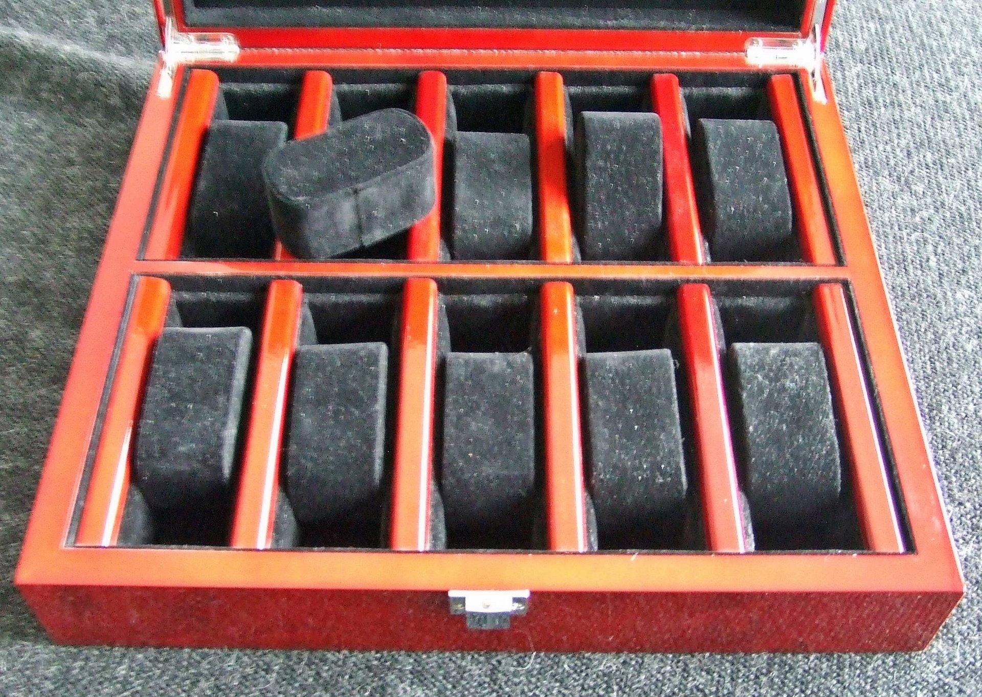 erledigt bordeaux rote uhrenbox aus holz f r 10 uhren. Black Bedroom Furniture Sets. Home Design Ideas