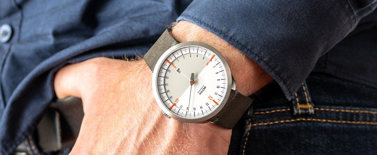 UNO-24-Automatik-Wristshot-weiß-orange-Slider.jpg