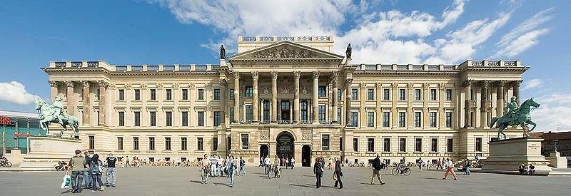 800px-ECE_Schloss_06u07_1b.jpg