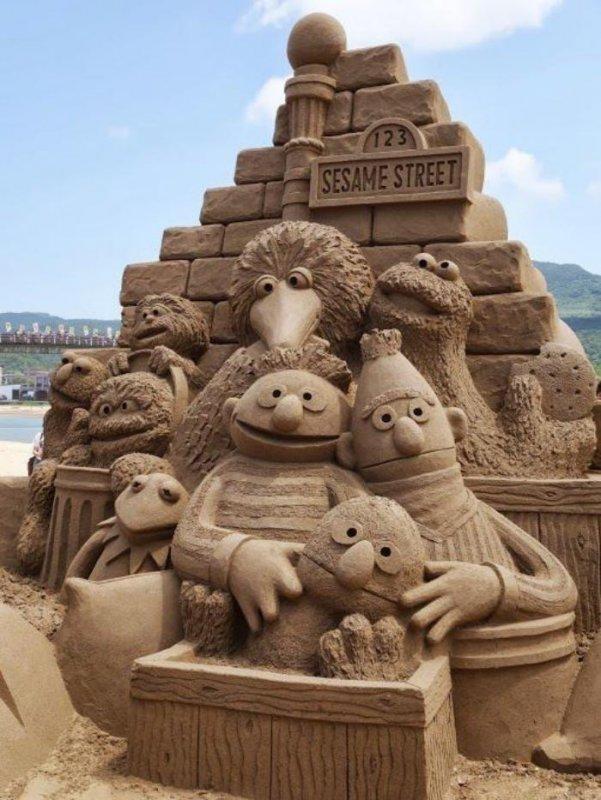 Deko-Skulptur-aus-Sand-die-Personen-von-Sesame-Street.jpg