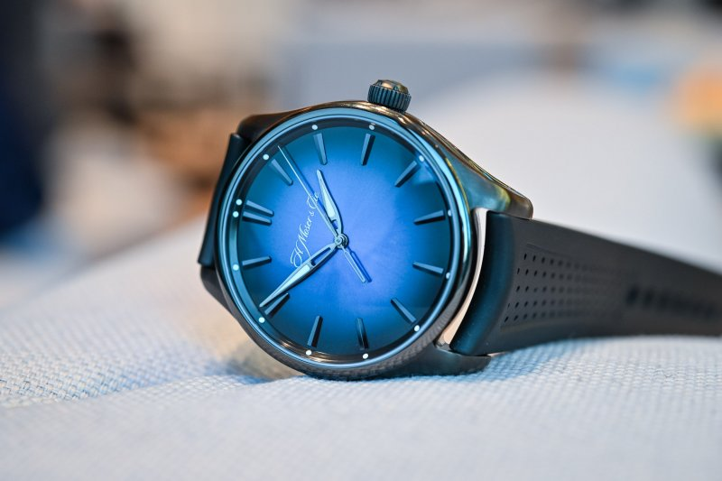 H-Moser-Cie-Pioneer-Centre-Seconds-Funky-Blue-Black-Edition-6.jpg