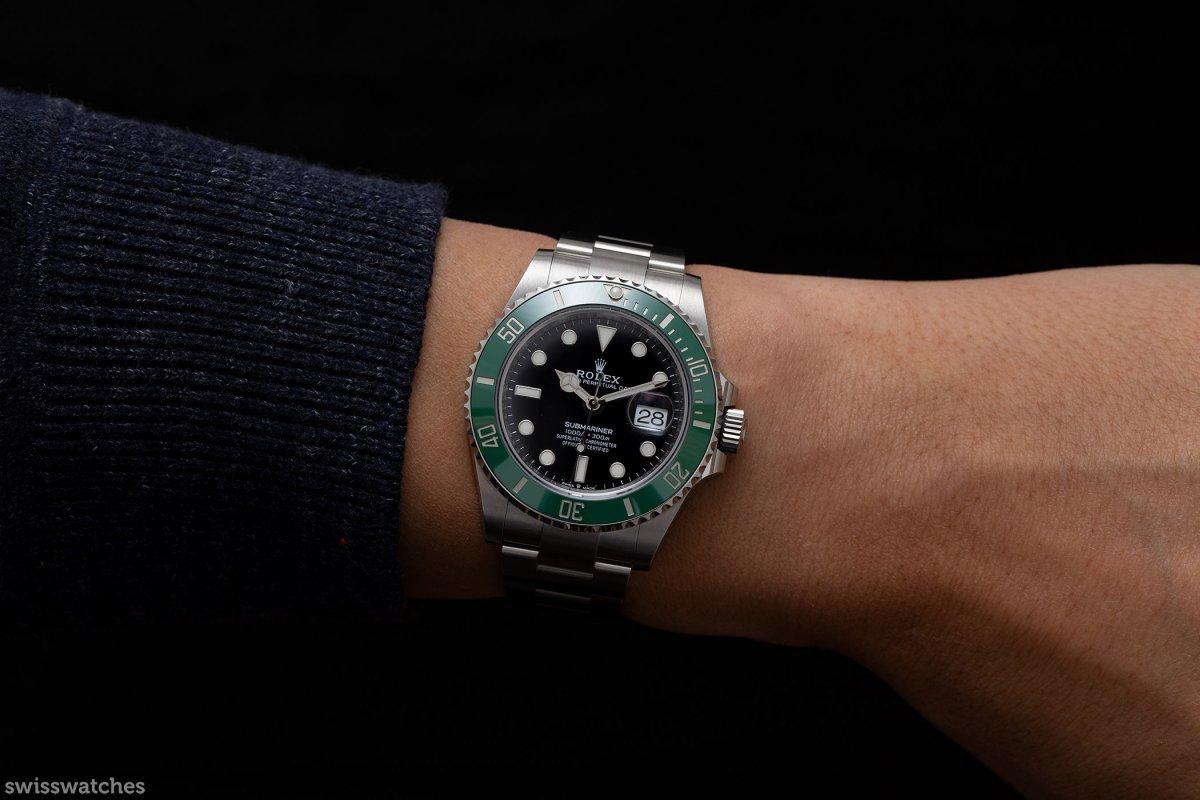 Rolex-Submariner-m126610lv-mit-Datum-Wristshot.jpg