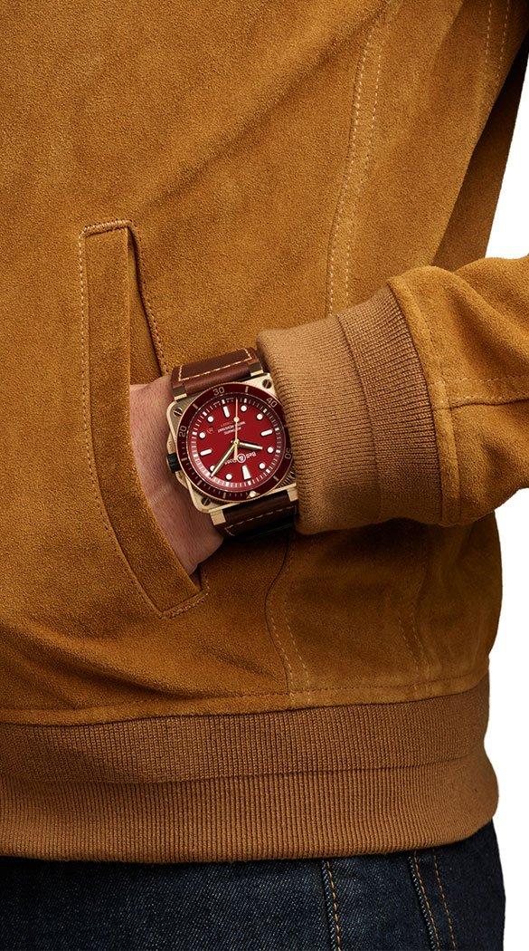 BR0392-diver-red-bronze-porté.jpg