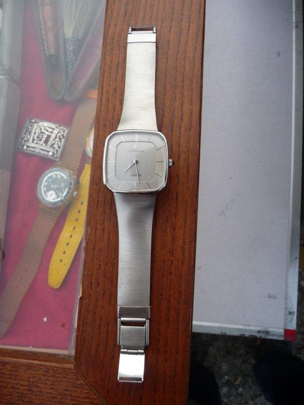 Uhrenbestimmung Eine Junghans Quarz in Kissenform sucht Infos
